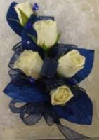 Five mini roses with navy blue trim