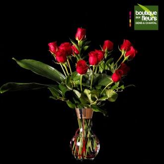 Bouquet de roses rouges en vase clair