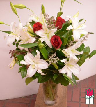 Beretania\'s Lily and Roses Bouquet