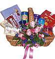 Panier-cadeau fleurs et gâteries gourmandes