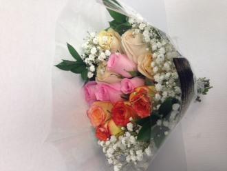 12 MIXED COLOR ROSES WITH BABY\'S BREATH