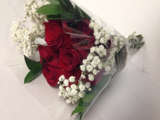12 STEM RED ROSE BOUQUET WITH BABY\'S BREATH
