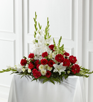 El Arreglo de Flores de FTD® Blanco y Carmesí™